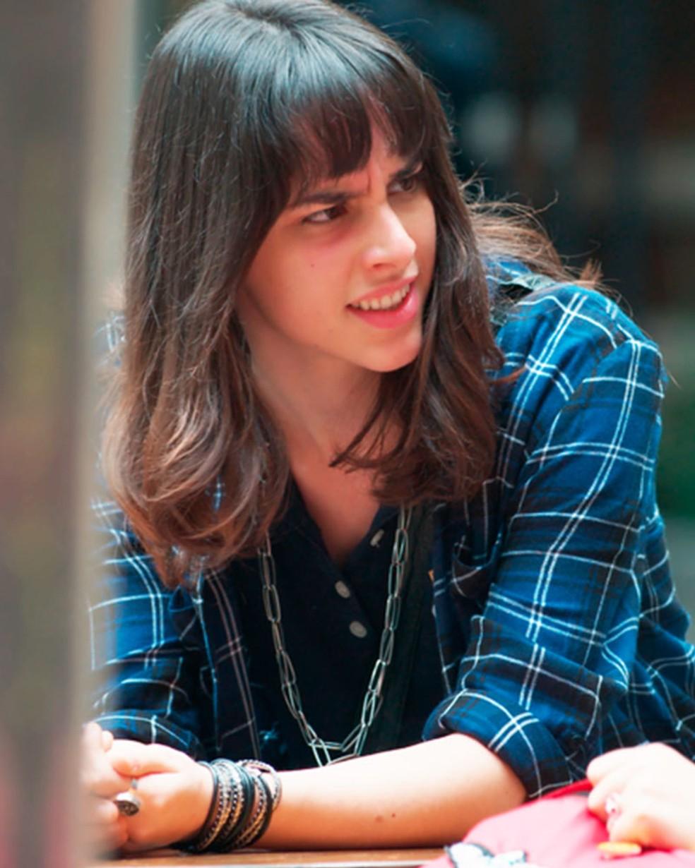 Lica (Manoela Aliperti) é alertada por Tina (Ana Hikari) sobre Bóris (Mouhamed Hafouch) em 'Malhação - Viva a Diferença' — Foto: Globo