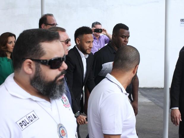 Fãs dão apoio a Neymar em delegacia de São Paulo (Foto: Amauri Nehn/Brazil News)