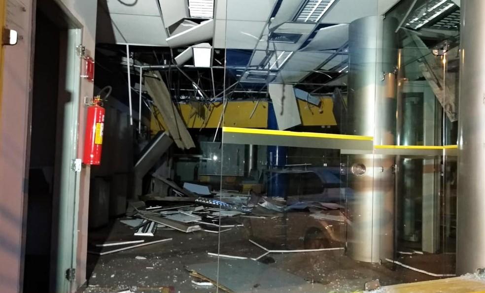 Explosão atingiu a estrutura do banco que ficou completamente destruída — Foto: Douglas Pinoto/TV Mirante