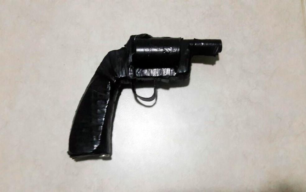 Suspeito foi preso com simulacro de arma de fogo (Foto: Divulgação/Polícia Civil)
