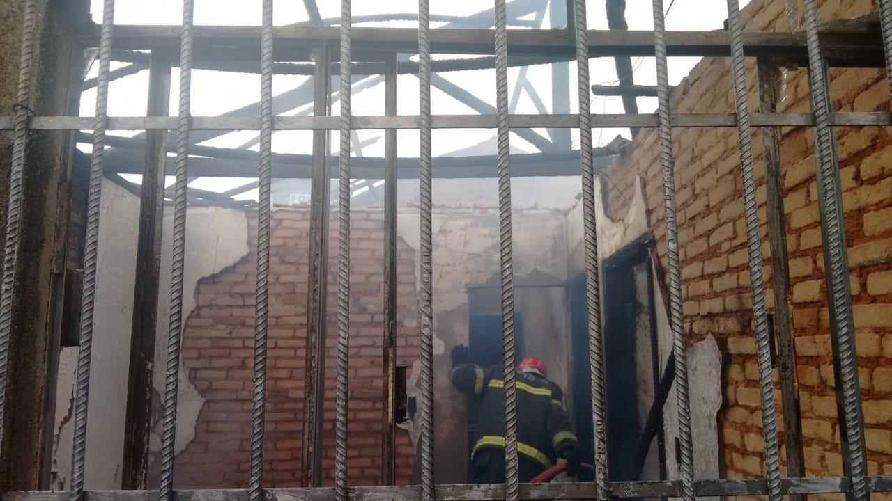 Casa pega fogo e moradores são atendidos por inalar fumaça em Divinópolis - Noticias
