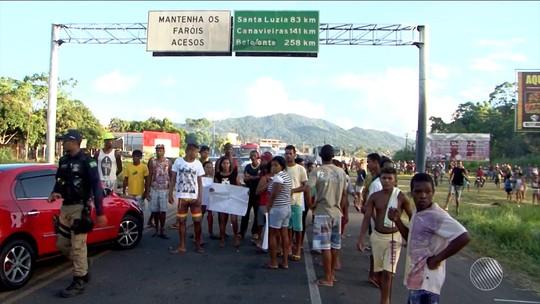 Protesto bloqueia a BR-101 e provoca congestionamento em Buerarema