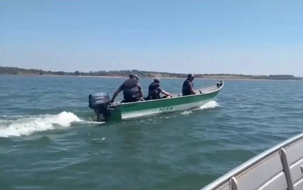 Policiais orientam pescadores sobre a piracema — Foto: Reprodução/TV TEM