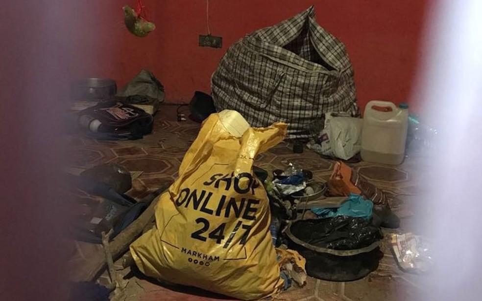 A polícia achou diversas partes de corpos humanos em uma batida na casa de um curandeiro (Foto: BBC)