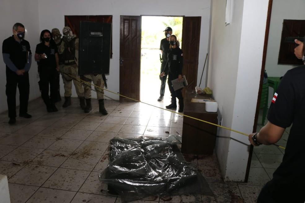 Policiais na reconstituição da morte do miliciado Adriano da Nóbrega, que ocorreu na Bahia — Foto: Alberto Maraux/SSP-BA