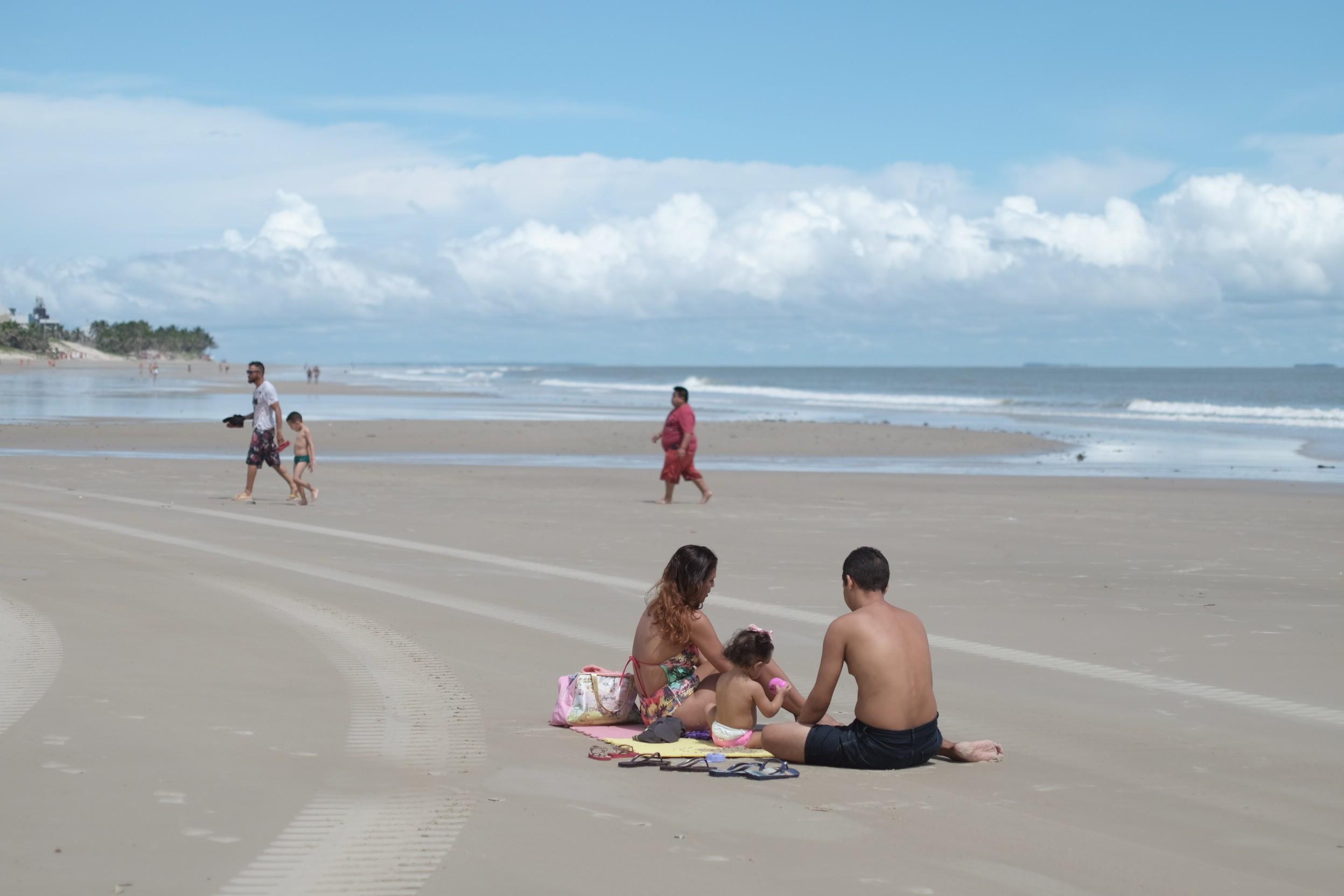 Mesmo com isolamento social, banhistas frequentam praias em São Luís