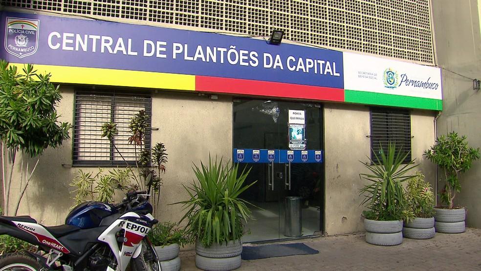 Homem foi levado à Central de Plantões da Capital (Ceplanc), na Zona Norte do Recife — Foto: Reprodução/TV Globo