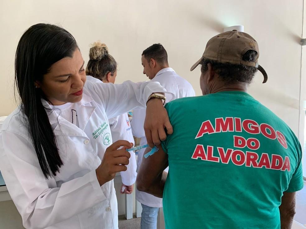 Equipe da Secretaria de Saúde aplicaram doses de vacina contra a febre amarela, nesta sábado (11), em Aldeia, em Camaragibe, no Grande Recife — Foto: Secretaria de Saúde de Camaragibe/Divulgação