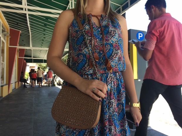 É importantíssimo deixar as bolsas na frente do corpo, orienta tentente da PM (Foto: Lúcia Ribeiro/G1)