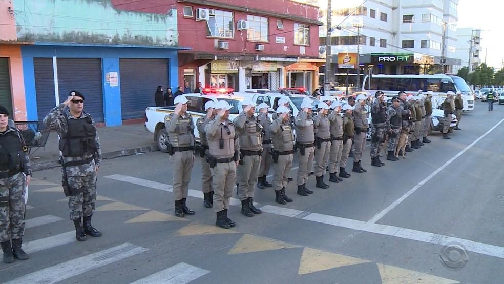 Policiais militares prestam homenagem ao policial civil Edler Gomes dos Santos, morto em operação no RS — Foto: Reprodução/RBS TV