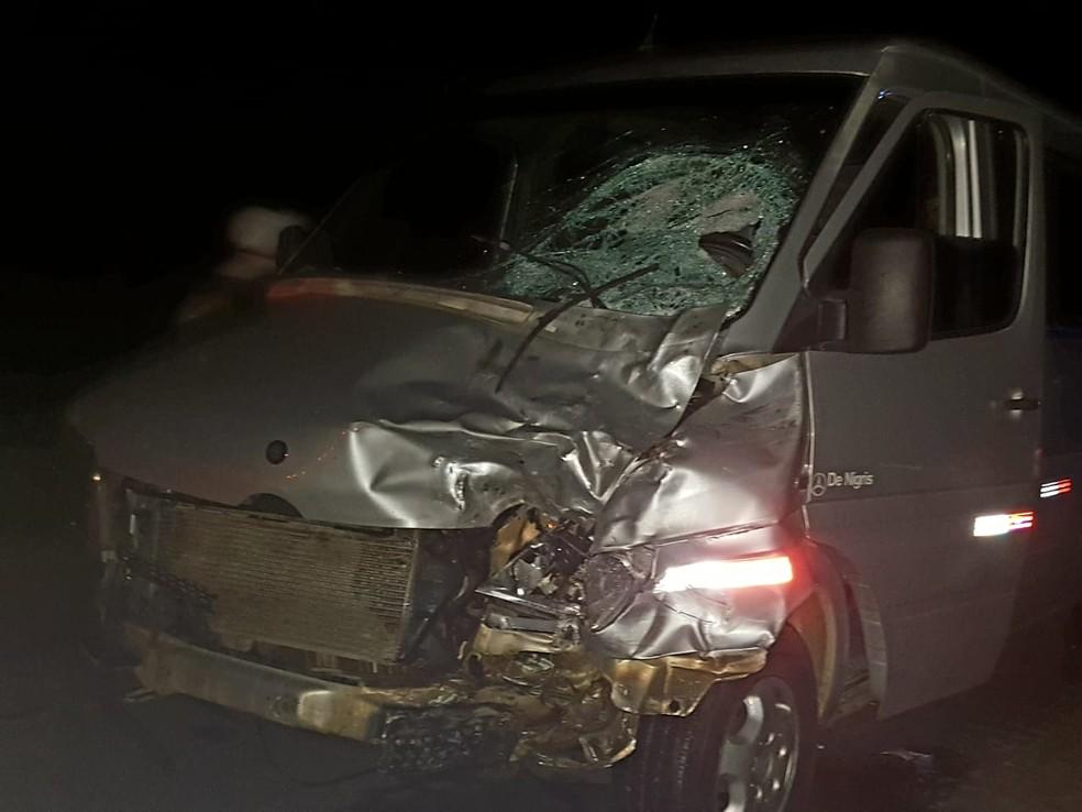 Van envolvida em acidente com moto que deixou dois mortos no sudoeste da Bahia — Foto: Blog Jorge Amorim