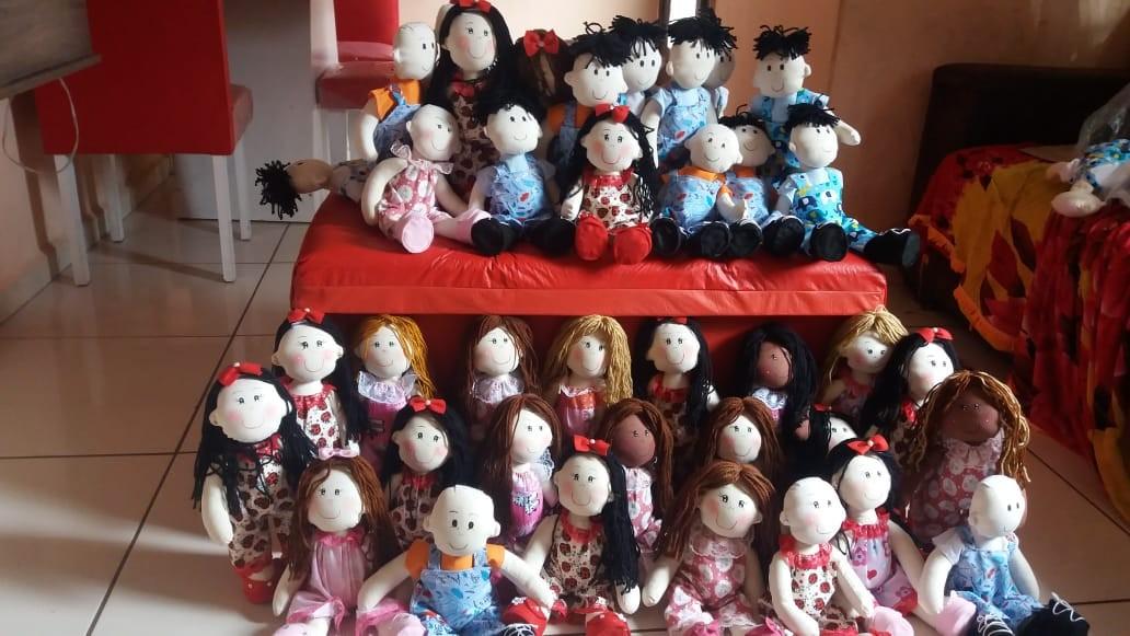 Voluntárias fazem bonecas carecas e com perucas para crianças com câncer