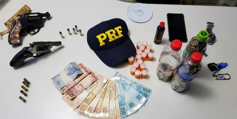 Arma, droga e dinheiro foram encontrados com caminhoneiro em Ji-Paraná. — Foto: Divulgação/PRF