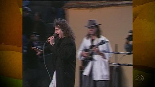 Recuerdos: Rui Biriva canta 'Tchê Loco' no 'Galpão Crioulo' em 1992