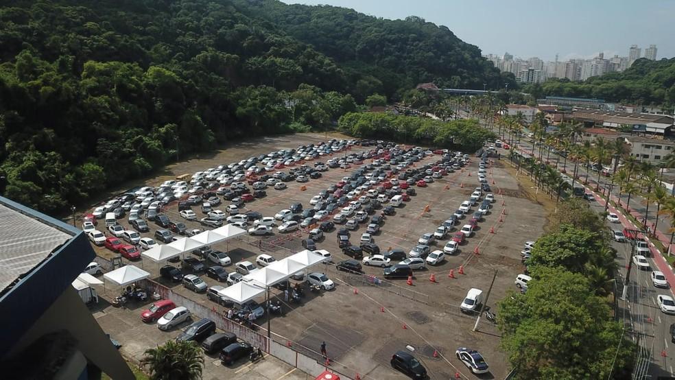 Estacionamento do Ginásio Guaibê, em Guarujá, recebeu centenas de carros — Foto: Divulgação/Prefeitura de Guarujá