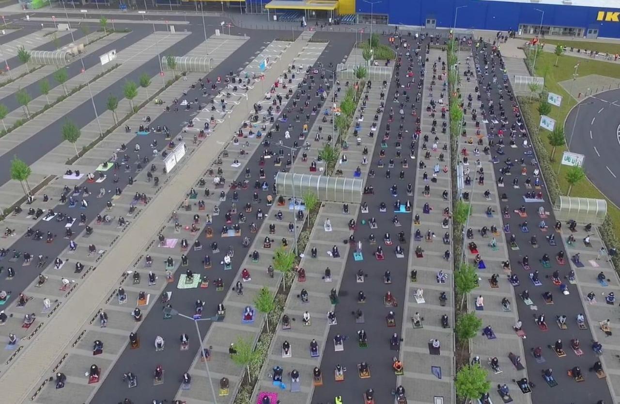 Fim do Ramadã é marcado por oração em estacionamento de loja de móveis em cidade alemã