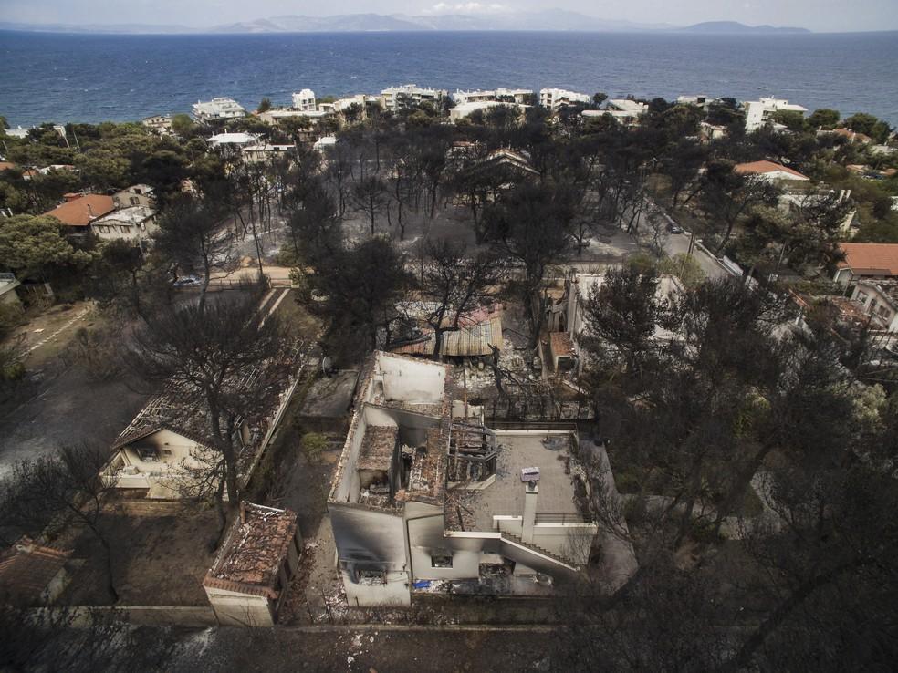 Vista aérea mostra destruição do vilarejo de Mati, na Grécia, por incêndios florestais (Foto: Savvas Karmaniolas/ AFP)