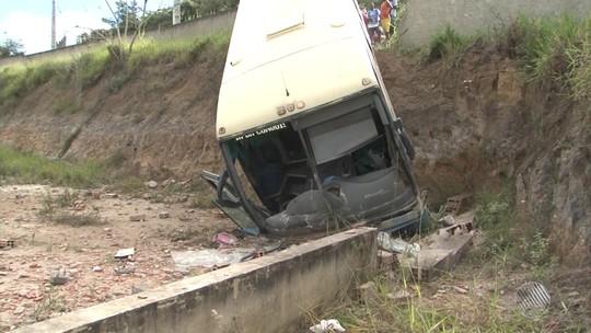 Ônibus cai em ribanceira após bater em muro e passageiros ficam feridos no sudoeste da Bahia