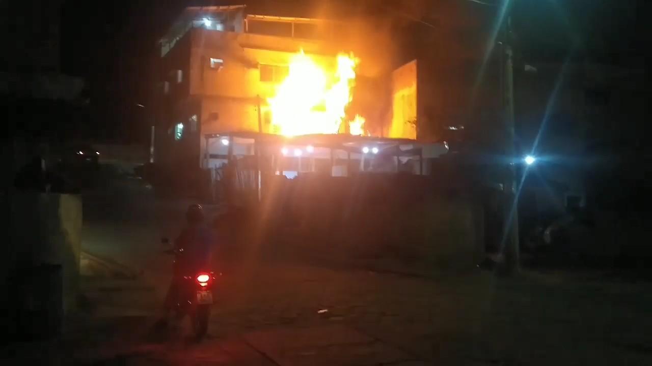 Incêndio destrói loja de tintas automotivas no interior do ES