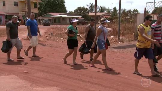 Brasileiros atravessam a fronteira entre Roraima e Guiana para garantir compras de Natal