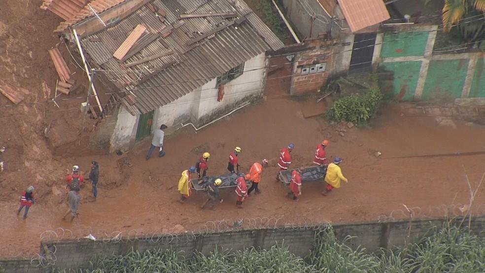 Os dois corpos resgatados na Vila Bernadete são de dois homens da mesma família — Foto: Globocop