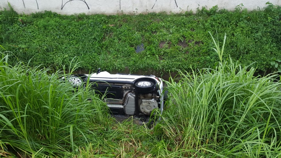 Motorista fica gravemente ferida após perder controle do carro e cair em córrego de Curitiba  — Foto: Colaboração/RPC