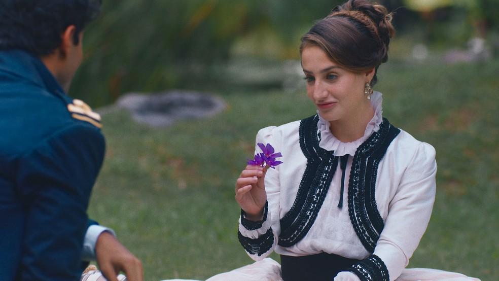 Leopoldina (Bruna Griphao) provoca Bernardinho (Gabriel Fuentes) em 'Nos Tempos do Imperador' — Foto: Globo