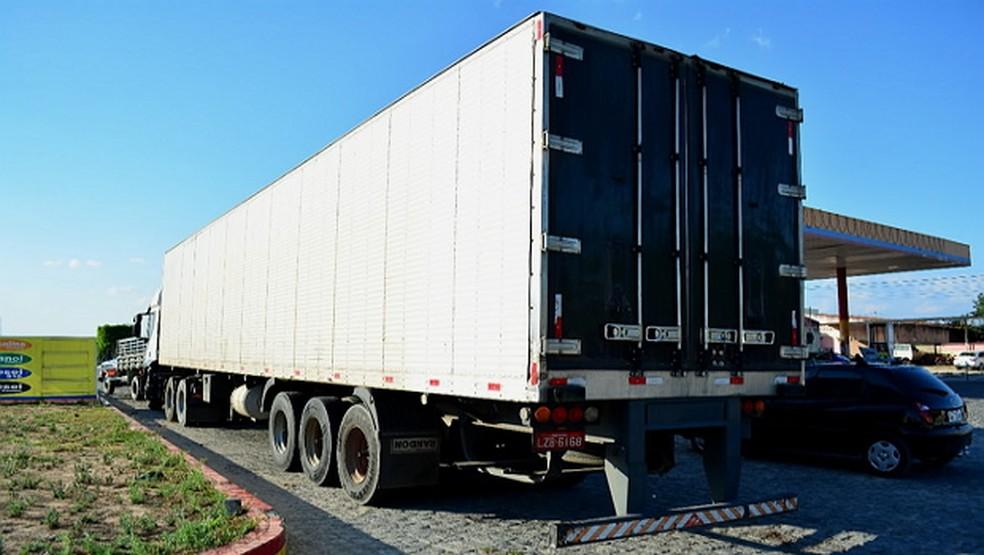 Caminhão roubado foi encontrado em posto de combustível em Caetés (Foto: PRF/Divulgação)