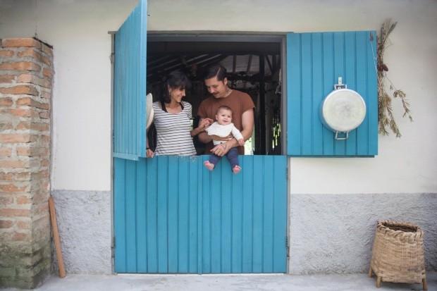 Simplicidade. Uma das premissas na hora de reformar a casa antiga em que moram foi usar materiais comuns e baratos, para agilizar o processo e garantir familiaridade com fornecedores locais (Foto: Mayra Azzi / Editora Globo)
