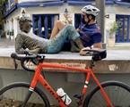 Mateus Solano homenageou grandes nomes da cultura nacional num passeio de quase 70 quilômetros de bike pelo Rio, em que posou ao lado de estátuas dos artistas. O primeiro foi Cazuza | Reprodução