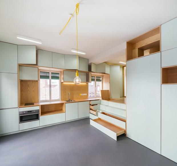 Neste apartamento de 33 m² tudo é encaixável (Foto: ImagenSubliminal (Miguel de Guzmán + Rocío Romero)/Divulgação )