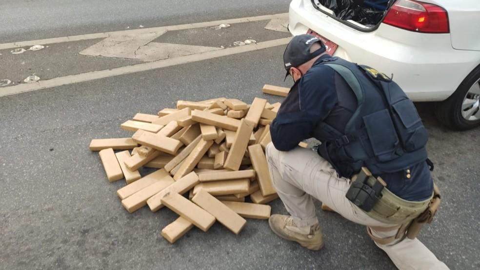 Dois são presos com cerca de 100 quilos de maconha na rodovia Fernão Dias — Foto: Divulgação/ PRF