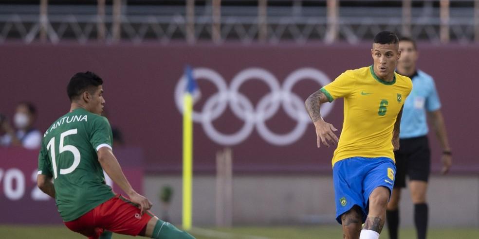 Guilherme Arana em ação durante Brasil x México — Foto: Lucas Figueiredo/CBF