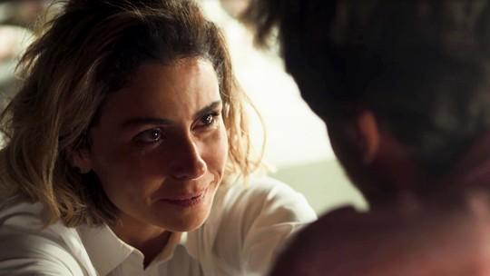 Luzia conta a Beto que Valentim não é filho de Karola e ele sente nojo da ex