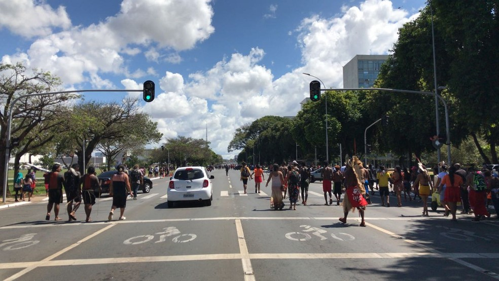 Carros passam entre indígenas na Esplanada dos Ministérios (Foto: Luiza Garonce/G1)