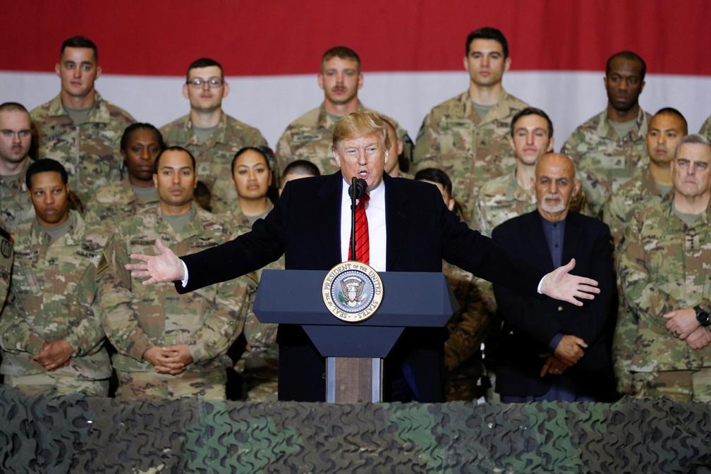 Presidente dos EUA, Donald Trump, discursa diante de militares norte-americanos em base no Afeganistão — Foto: Tom Brenner/Reuters