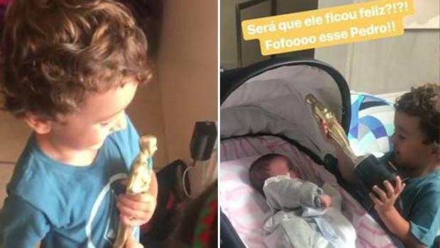 Pedro Abravanel, de 3 anos, mostra troféu conquistado pela mãe para a irmãzinha, Jane, de 1 mês (Foto: Reprodução/Instagram)