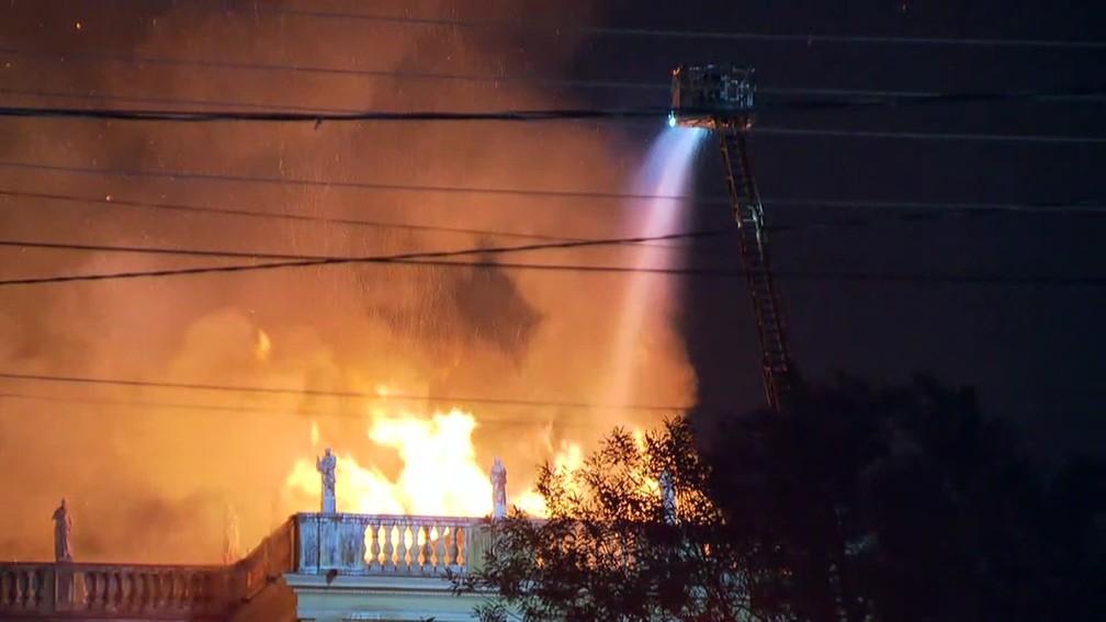 Bombeiros tentam combater incêndio no Museu Nacional, no Rio. (Foto: Reprodução/ TV Globo)