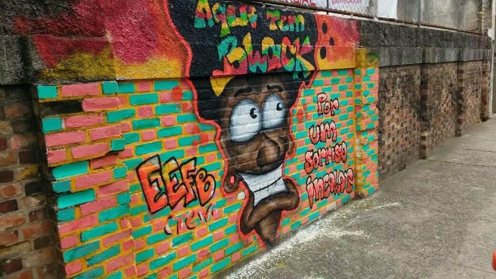 -  Grafite com frases anti-recistas está exposto em muro da Escola Estadual Fernando Lobo, em Juiz de Fora  Foto: Gabriel Landim/G1
