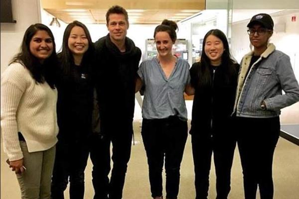 O ator Brad Pitt com alunas da universidade na qual a namorada do astro da aula (Foto: Instagram)