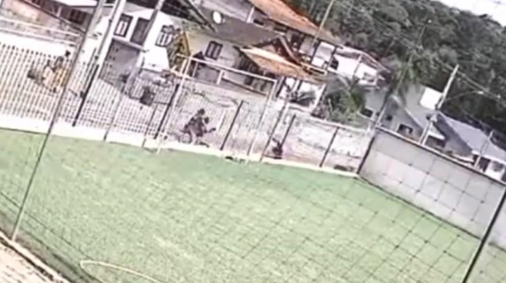 Bicicleta atingiu idosa em Blumenau — Foto: Reprodução
