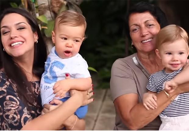Thais Fersoza com os filhos, Teodoro e Melinda, e a mãe, Glória (Foto: Reprodução/Youtube)