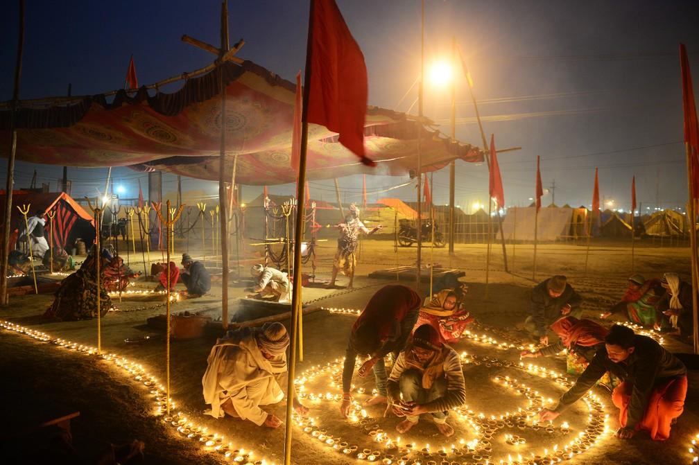 2 de janeiro - Devotos indianos acendem lâmpadas de óleo em Sangam durante a tradicional feira anual Magh Mela em Sangam, na Índia, na confluência dos rios Ganges, Yamuna e o mítico Saraswati  (Foto: Sanjay Kanojia/AFP)
