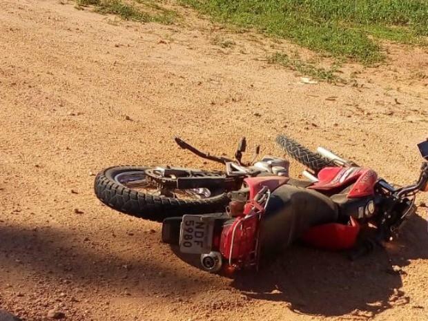 Motociclista não resistiu aos ferimentos após forte colisão (Foto: Rogério Aderbal/ G1)
