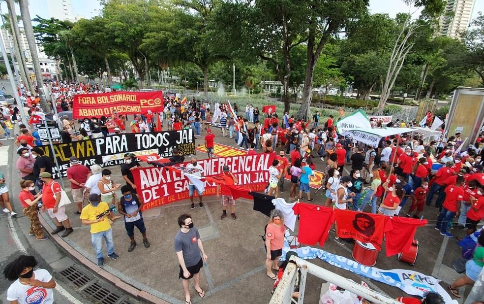Manifestantes fazem caminhada contra Bolsonaro em Salvador — Foto: Júlio César/TV Bahia