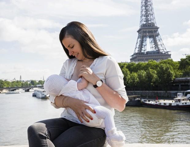 Celine, a francesa cuja filha, de 4 meses, já passou por 2 cirurgias  (Foto: Tina Boyadjieva )