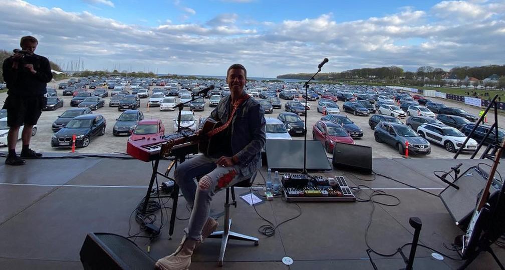 Cantor dinamarquês Mads Langer faz show em drive-in durante pandemia de coronavírus — Foto: Divulgação