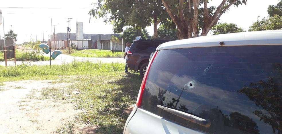Carro que estava no estacionamento também foi atingido durante ataque  — Foto: Pedro Bentes/ G1