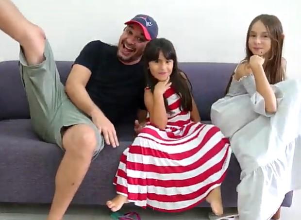 Videoclipe foi gravado pelos três: pai e as duas filhas (Foto: Reprodução)