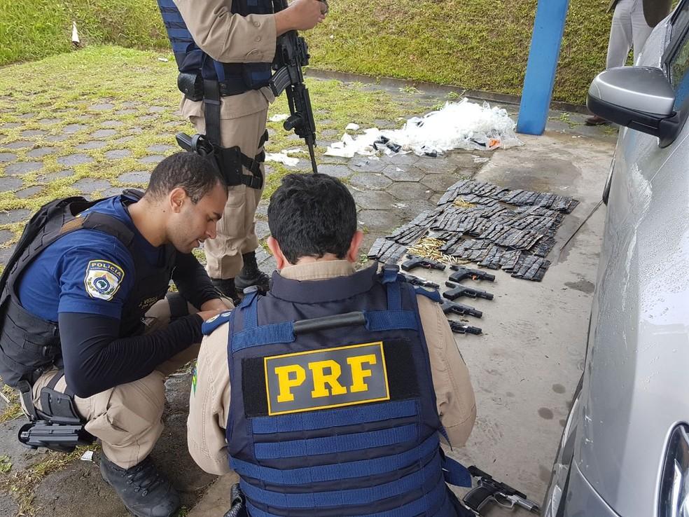 Material foi localizado em tanque de automóvel  (Foto: Divulgação/Polícia Rodoviária Federal)